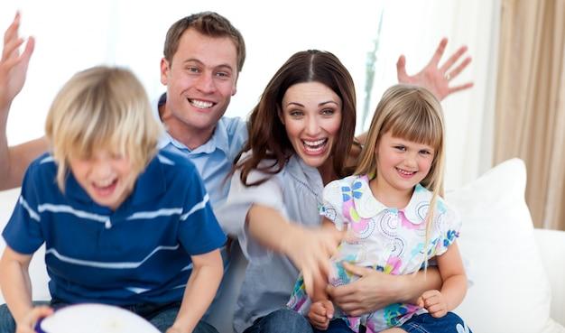 ゴールを祝う興奮した家族
