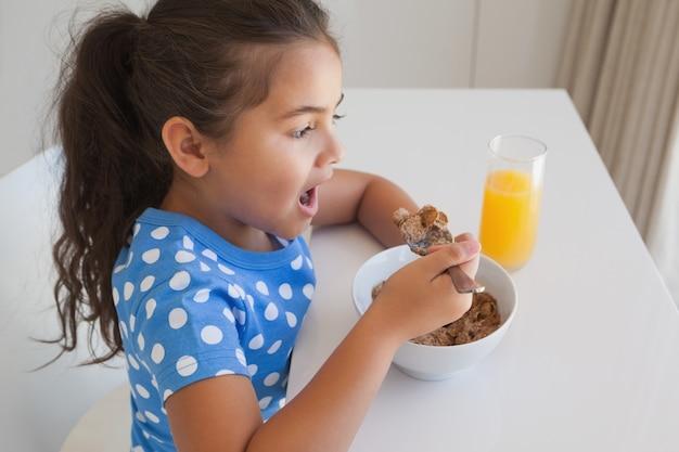朝食の女の子の側面図
