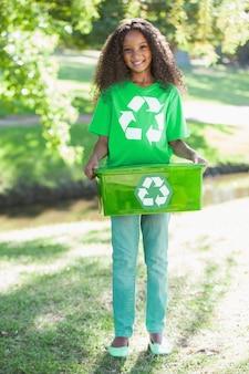 若い環境活動家がカメラを持っている笑顔で