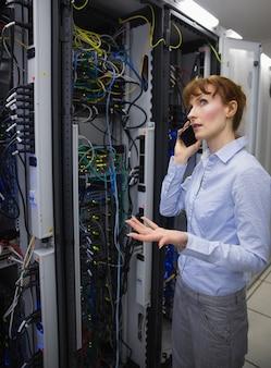 技術者は、サーバーを分析しながら電話で話す