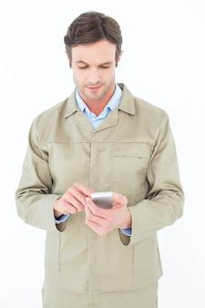 Человек доставки с помощью смартфона