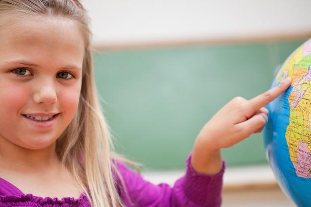 国を指す女子高生のクローズアップ