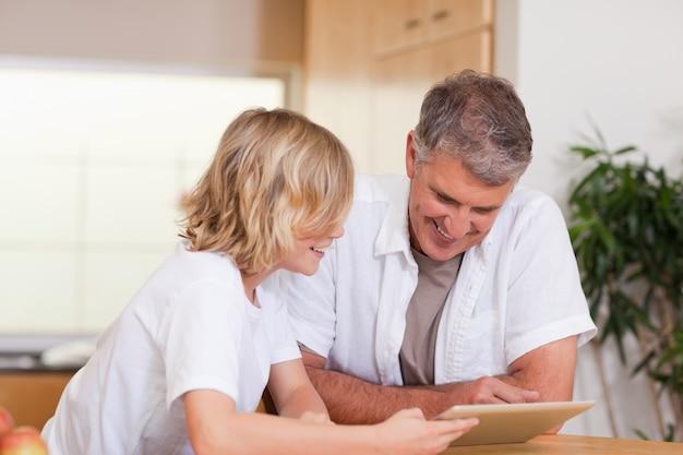 父と息子、タブレットを使う