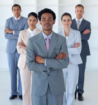 Афро-американский бизнесмен перед своей командой