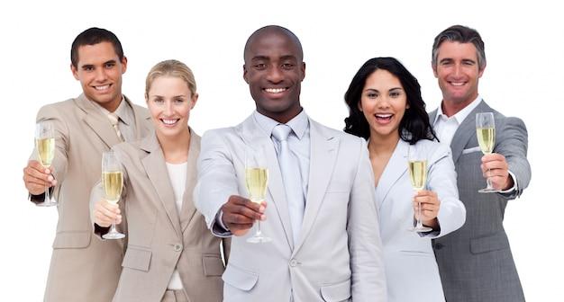 シャンパンを飲む多文化ビジネスチームの肖像