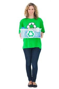 リサイクルボックスを持っている陽気な環境活動家