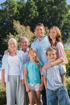 田舎の幸せな家族と祖父母