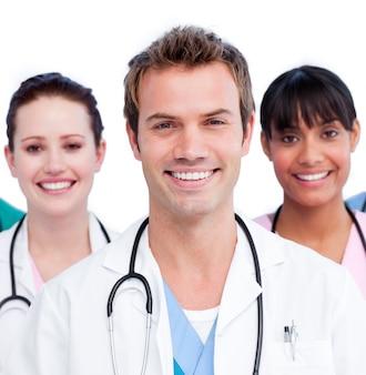 白い背景に対するポジティブな医療チームの肖像