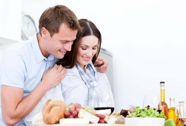 かわいいカップルの肖像画食事を準備する