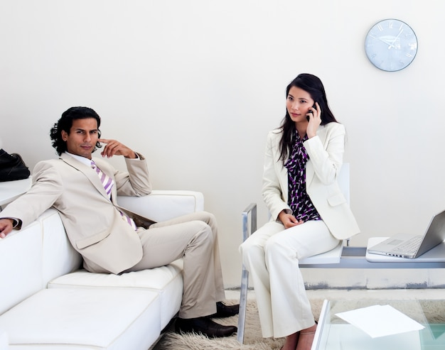 Люди, ожидающие в офисе