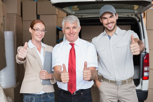 倉庫管理者とカメラで笑顔の配達ドライバー