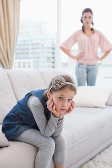 母親と娘は議論の後で話していない