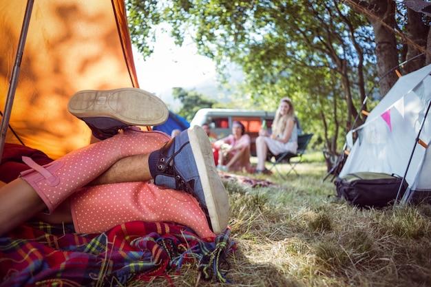 テントで作る若いカップル