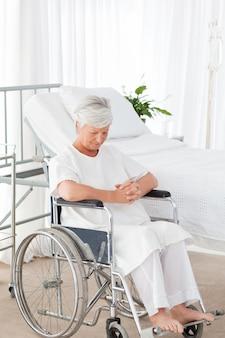 彼女の車椅子の上の女性