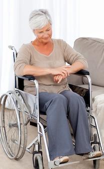 彼女の車椅子で思慮深い高齢者