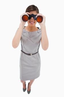 双眼鏡を使っている女性