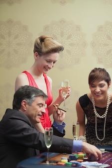 カジノで笑う男と女