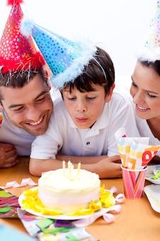 両親と誕生日を祝う小さな男の子