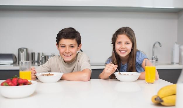 キッチンで朝食を楽しむ若い兄弟