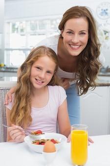 キッチンで朝食を取る娘と母