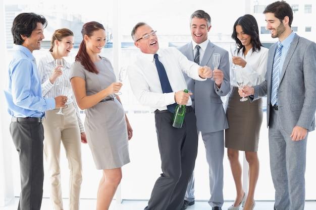 パーティーを持つビジネスワーカー