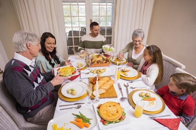 Три поколения семьи с рождественским ужином вместе