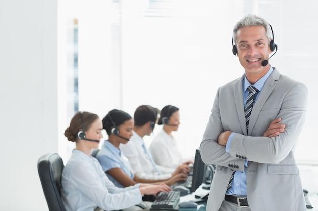 コンピュータを使用するエグゼクティブのビジネスマン