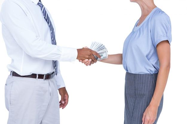 彼の同僚に銀行ノートを与えるビジネスマン