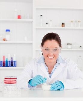 実験を準備する笑顔の科学者