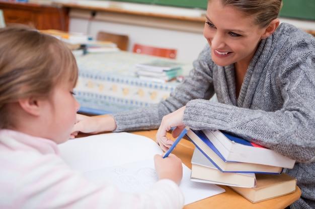 彼女の笑顔の先生と書く女の子