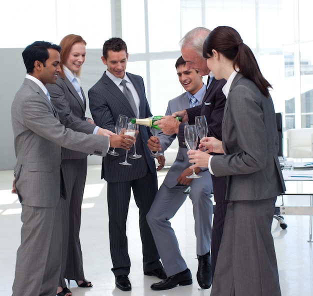 彼の同僚にシャンパンを提供して成功した実業家