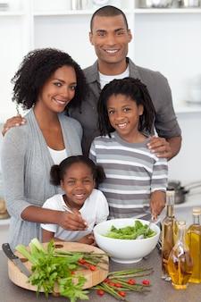 サラダを一緒に準備しているアフリカ系アメリカ人の家族