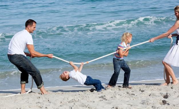 Анимированная семья играет в перетягивание каната