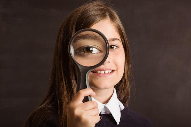 虫眼鏡を見ているかわいい瞳孔