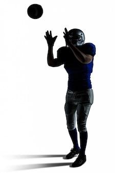 Американский футболист ловит мяч