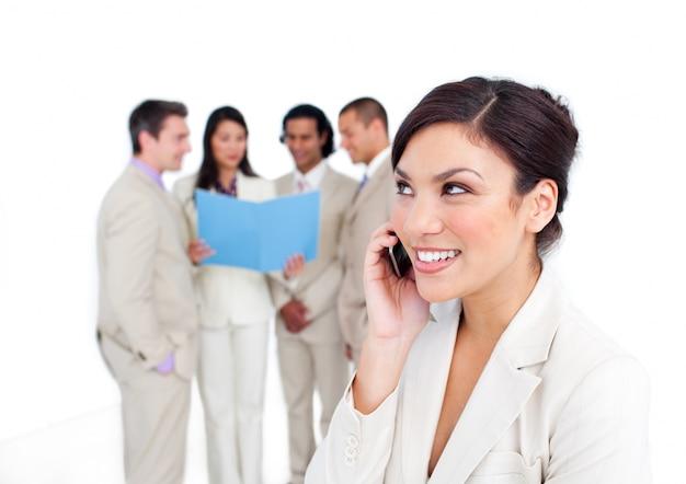 彼女のチームと電話で笑い声の肖像画の肖像