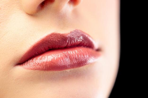 Закройте красивые губы моделей