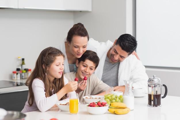 おかしい、子供、両親、朝食、楽しむ、キッチン