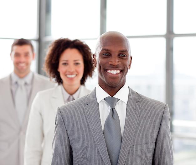 チームと一緒に笑顔のビジネスマン