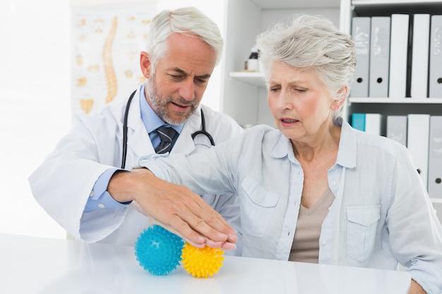 ストレスバスターボールを使用してシニア患者と医師