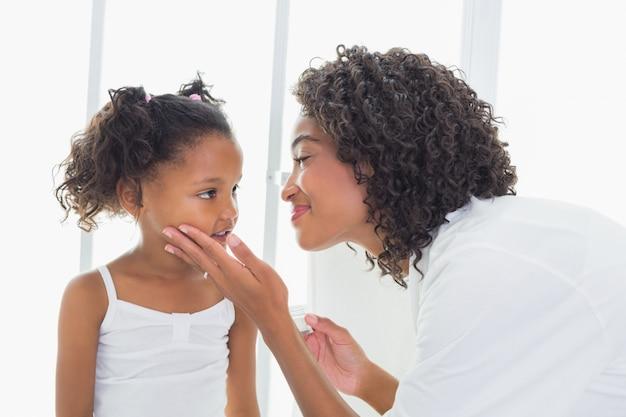彼女の娘に触れるかなりの母親は愛情深く直面する