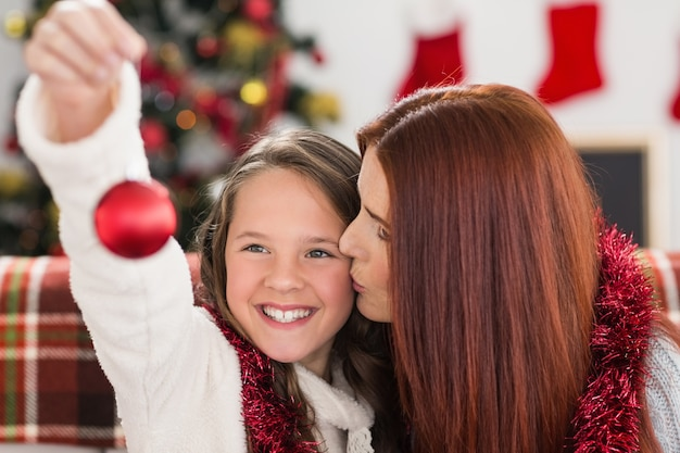 お祝いの母と娘が抱擁