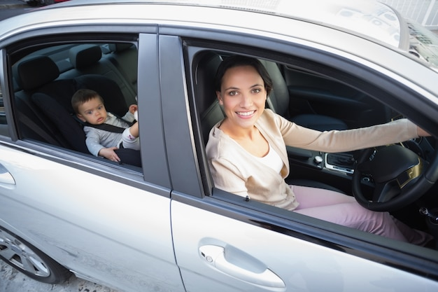 Мать с ребенком на автокресле