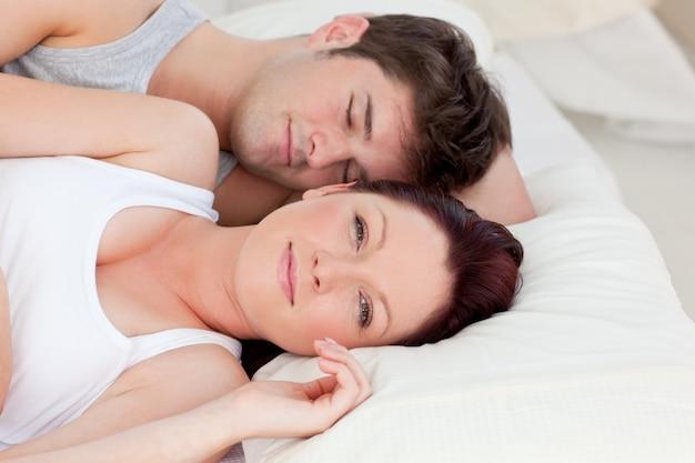 Яркая пара кавказских, лежа на кровати
