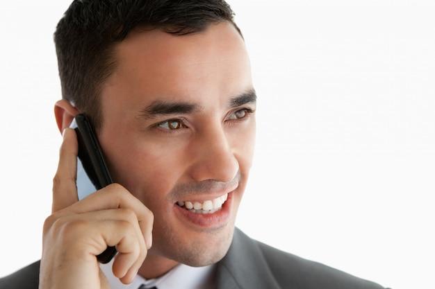 横に見て電話でビジネスマンのクローズアップ