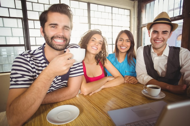 一緒にコーヒーを楽しむ笑顔の友達