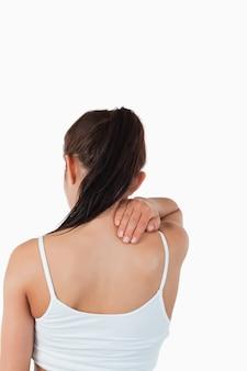 Вид сзади женщины с болью на шее