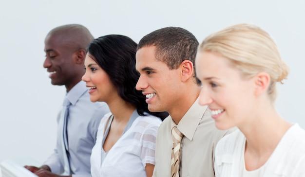 職場での多文化ビジネスチームのプレゼンテーション