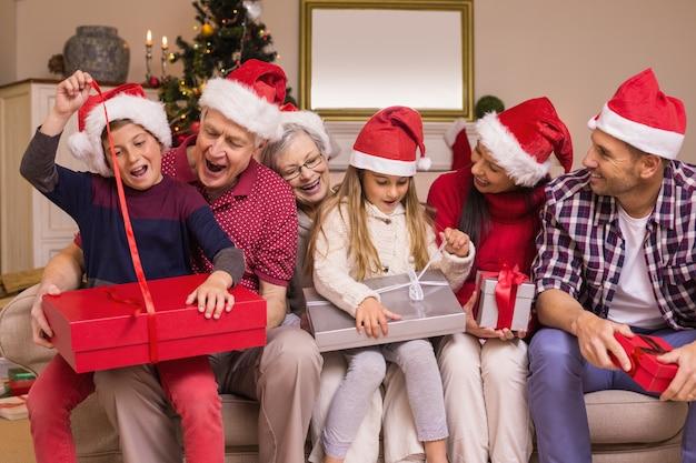 お祝いの多世代家族が一緒に贈り物を開く