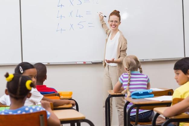 教室で授業をする教師